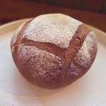 CAFE Uchi - ライ麦のオレンジピールとクリームチーズのパン
