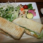 モノイレ カフェ - チキンとアボガドのコブサラダのグリルサンドイッチ