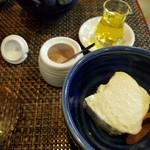 庵 浮雨 - お通し 自家製豆腐 オリーブオイルと岩塩で