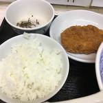三松 - 定食には揚げ物、煮物、お新香にご飯が付きます。