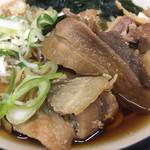 三松 - 甘辛く煮込まれた豚バラがたっぷり
