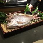 67085578 - ズッパディペッシェに使う魚を鯛、鮎魚女、羽太から選ぶ。