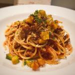 トラットリア ボッカ・ルーポ - ボロネーゼソースのスパゲッティ 栗かぼちゃのフリット添え (友人がオーダー)