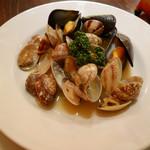 ベイサイドレストラン&バー R-10 - 2017/2/16  あさりとムール貝のワイン蒸し 840円