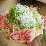 67092391 - 釜揚げしらすと伊産プロシュートのフレスカ  水菜のせ柚子胡椒風味