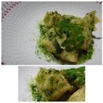 TTOAHISU - *セモリナ粉を使用して揚げられているので衣は薄くてもサクサク。 筍もエグミが全くなく美味しい。下には「新玉ねぎのピューレ」と「ワカメ」を混ぜるという斬新なソースが・・ 新玉ねぎの軽い酸味が筍とよく合います。