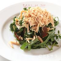 サン・ル・スー - 苦味と旨味と香りを楽しむ『鴨むね肉の燻製と削ったフォアグラのコンフィ ロケットクレソンのサラダ』