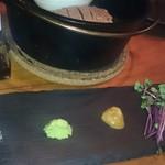 燻製キッチン - 薬味も全部燻製。左から岩塩・わさび・練り梅?・醤油