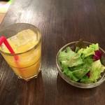 ワイン食堂オレッキオ 川崎 - オレンジジュースとサラダ。