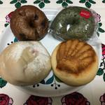 67101495 - 右:チョコクリームパン、左:いちご大福風フランスパン、奥:チョコベーグルとよもぎベーグル