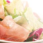 アクオリーナ - 生ハムとカリカリチーズのサラダ