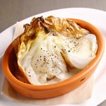 丸ごと皮付き玉ネギのオーブン焼き チーズソース