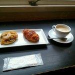 inoue - イートインコーナーにてホットコーヒーと一緒にパン