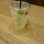 67117601 - レモンスカッシュ。ミントの葉っぱのグリーンが効いてますねぇ。