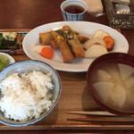 67121020 - メインは小松菜と豚肉の春巻き。大豆入りカレー味の春巻き。焼き野菜添え。