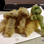 十割蕎麦みかあさ - 太しめじの天ぷらです。しめじが大きくてジューシーです。