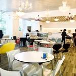 cafe West53rd - 店内の様子。開放的なカフェテリアの一部がスイーツブュッフェの専用スペースに。人数制限でこの日も満席。