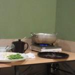 芝 - これからは水炊きタイム、水炊きはお部屋の隅で店員さんが作って盛り分けてくれました。
