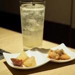 67137792 - フレッシュレモンサワー¥600+お通し「鳥のチリソース煮・ジャガイモとソーセージのソテー」