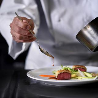 本格フランス料理と上質なサービスで贅沢なひと時を演出