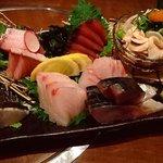 大阪産(もん)料理 空 - 漁港から店主が運びます。造り盛合せ980円~。店内の水槽からもさばきます。