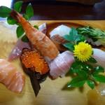 寿司割烹 西村 - ◆中(8貫2000円:外税)・・海老・鮪・カンパチ・鯛・イクラ・サーモン・カイワレの昆布〆・?? 鮪の質がよく美味しい、イクラの味わいも好みでした。 カイワレは最後に頂くとサッパリした味わいでよかったですよ。