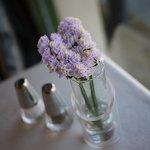 ラ・ヴォリエラ - テーブルには花が添えられる