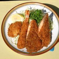 グリルおおくぼ - シャケ 海老 ホタテのフライの盛合せ タルタルソースでどうぞ