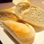 味浪漫いしがま亭 - お店の石釜で焼かれる焼きたての石釜パン