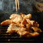 やきにく宵緒 - てっちゃん(写真はタレ焼き) 600円 味付けは、岩塩、辛うまたれ、たれ、葱まみれ、大人カレーの5種。