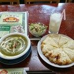 アジア料理・インドカレー ハヌマン - ほうれん草マッシュカレー・チーズナン