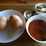 ふたばカフェ - 天然酵母パンと野菜のスープと野菜のおかずが付くパンセットです♪