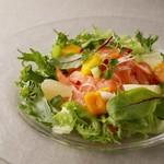 ホテルオークラ神戸 テラスレストラン ビアガーデン - ハワイアンロミロミサーモン柑橘 マンゴー ピンクペッパー添え