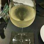 牡蠣&海老バル EAST BLUE - 大きいグラスの白ワイン