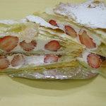 ポーリア - 料理写真:苺のミルフィーユです、自家製のカスタードクリームとホイップクリームと苺を、自家製パイ生地でサンド