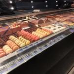 JEAN-PAUL HEVIN - カフェも併設されたお洒落な店内にはチョコのみならずマカロンやケーキ等の洋菓子が綺麗に並んでました。