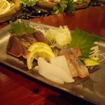 67176226 - 刺身3種盛 鹿児島県名物枕崎産 藁焼きカツオのタタキ、いか、はまち