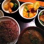 和カフェ yusoshi chano-ma - デリランチ 1180円 (税別)/黒米入り玄米、豚汁、漬物、好きな小鉢3つ、ドリンクorアイス