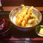 炭味旬菜 収穫 - 「天丼ランチ」(900円)。豚汁と漬物が付く。上面が滑り止め付きのトレイは慣れないと扱いづらい。
