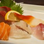魚彩炭火ダイニング 一志 - 黒鯛・ハマチ・カンパチ・サーモン・北寄貝の5点盛り、鮮度文句なしでした!(2017.5.18)