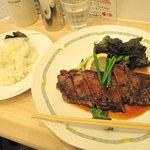 小さな洋食屋おがわ - オススメだけあって、お肉もご飯もボリューム大です。名称は弁当ですが、皿盛りで来ました。
