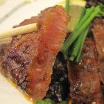 小さな洋食屋おがわ - 大阪鶴橋風っていうのはよく分かりませんが、焼肉の醤油系タレのようにニンニクが効いたウマウマダレです。