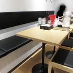 金田家 - テーブル席。