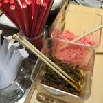 金田家 - 紅しょうが・辛子高菜・スリゴマ・コショウなどがあります。