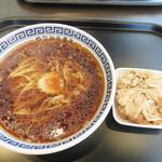製麺屋慶史直営 まる麺西月隈 - 肉らーめん 650円。 肉は別皿で提供されます。