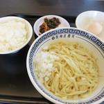 製麺屋慶史直営 まる麺西月隈 - 油そば400円+白ご飯小100円です。 素油そばと言っても、玉ネギみじんと温泉玉子は付いてます。