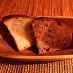67192083 - 自家製パン 三重県産小麦のパン(白)と栗の粉のパン(黒)