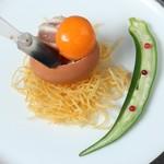 フランス料理  セルジュ&ジェーン - 鶏胸肉のミ・キュイ セミフレッドにした卵黄添え