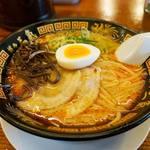 博多三氣 - ベースの豚骨スープに、ピリ辛合わせ味噌を投入したげん氣ラーメン650円。