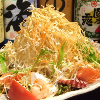 とら吉1番人気『とら吉サラダ』このボリュームで850円!